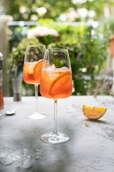 Aperitivo rinfrescante aperol spritz cocktail in bicchiere di vino