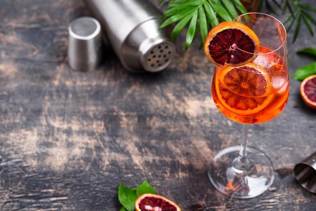 Aperol spritz cocktail con arancia rossa