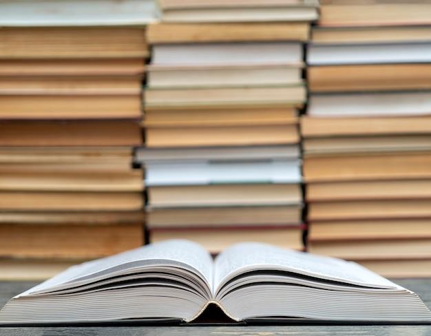 Aperto libro spesso. simbolo di saggezza, conoscenza e apprendimento.