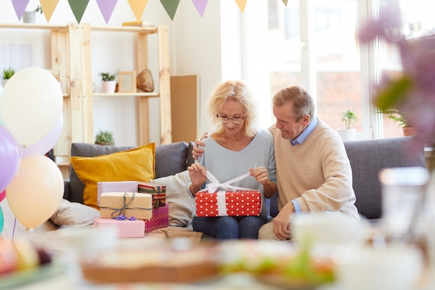 Apertura di regali di compleanno con il marito