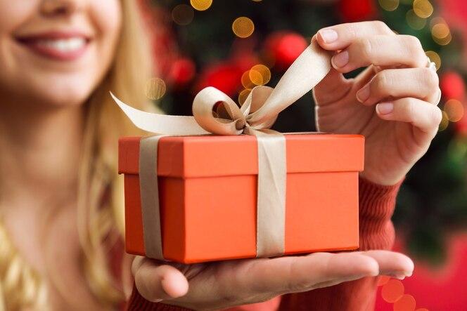 Apertura di un dono d'arancia donna