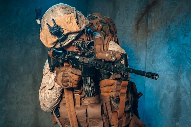 Appaltatore militare privato americano che spara un fucile. colpo dello studio