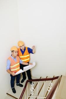 Appaltatori discutendo rampa di scale