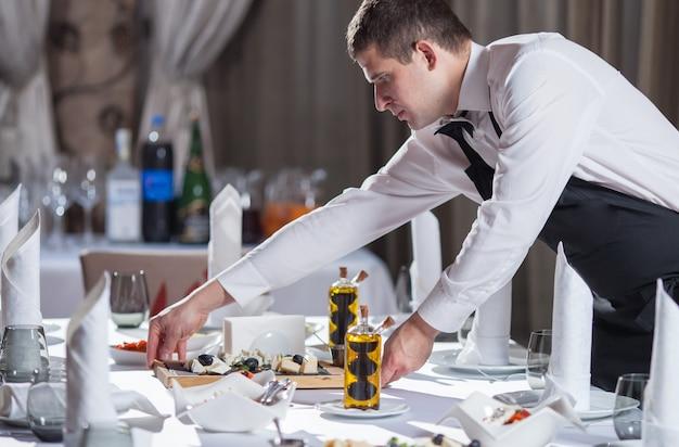 Apparecchiare la tavola per la cena in un ristorante.