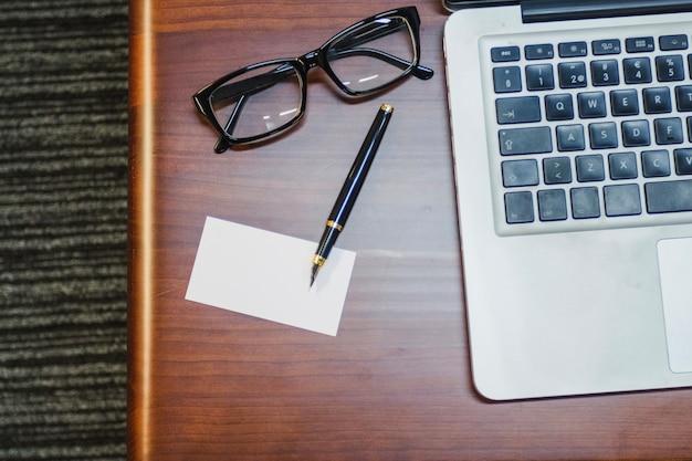 Apparecchiature da ufficio disposte sul tavolo
