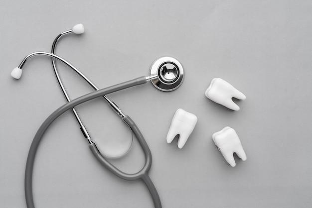 Apparecchiature dentali dalla vista dall'alto, piatto in studio