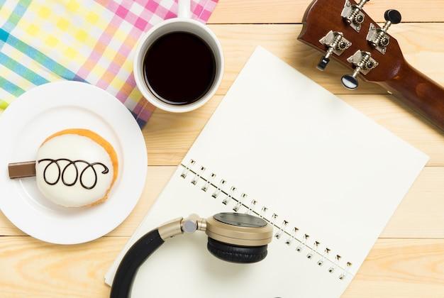 Apparecchiature per la scrittura musicale su un tavolo da caffè dolce