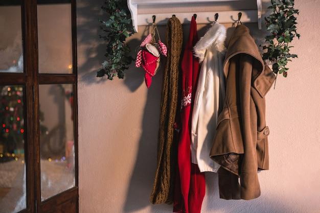 Appendiabiti con appesi i vestiti invernali