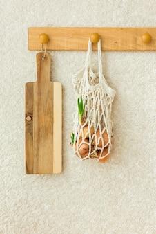 Appendiabiti in legno decorazione cucina su stile vintage muro bianco, concetto minimalista zero rifiuti