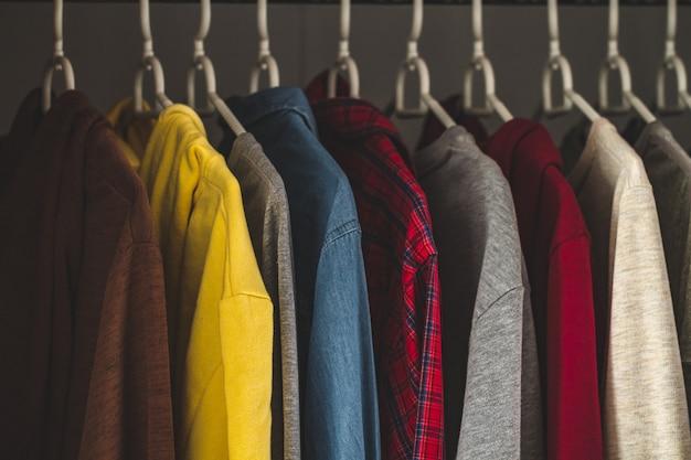 Appendini con diversi abiti casual nell'armadio di casa