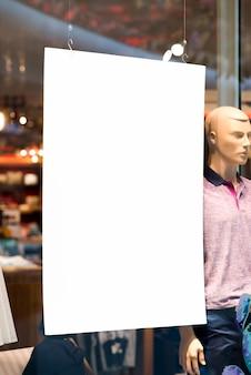 Appeso cartellone bianco nel display della finestra