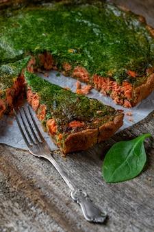 Appetitosa torta di quiche con pesce e spinaci