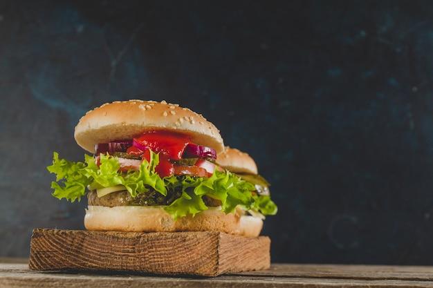 Appetitosi hamburger con salsa di lattuga e pomodoro
