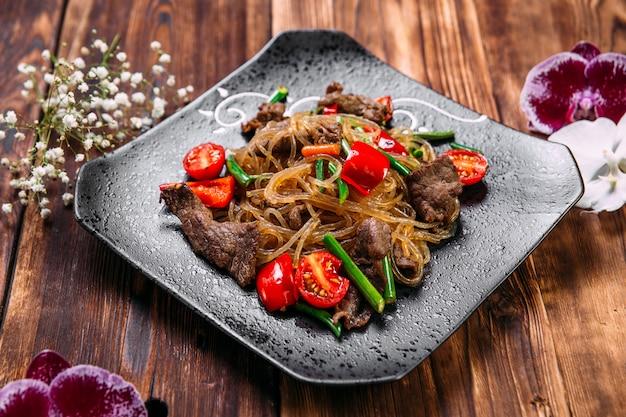 Appetitosi piatti asiatici funchoza noodles