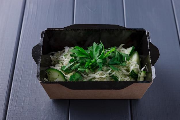 Appetitoso cibo in scatole per feste aziendali