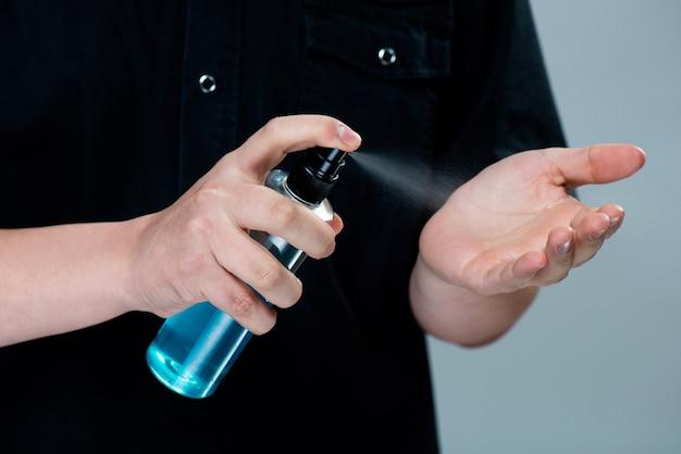 Applicare a mano alcool o spray antibatterico per prevenire la diffusione di germi, batteri e virus. igiene personale. concetto di disinfezione del coronavirus covid-19