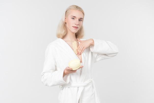 Applicare la crema per il corpo