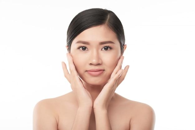 Applicare la crema per il viso