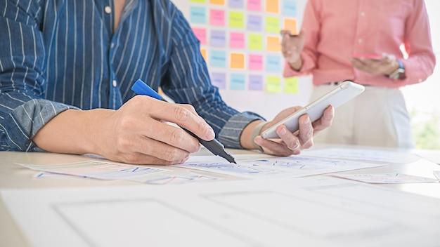 Applicazione di pianificazione creative web designer, framework per telefoni cellulari. concetto di esperienza utente (ux).