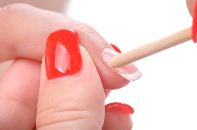 Applicazione manicure - pulizia delle cuticole