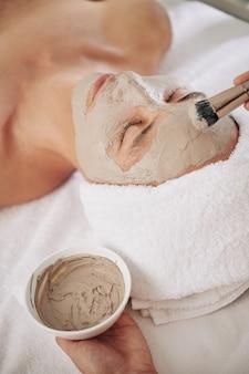 Applicazione maschera di fango