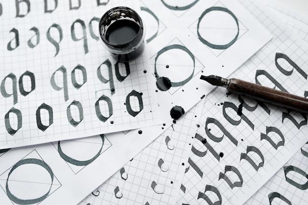 Apprendimento calligrafia - carta con esempio e pennello e inchiostro