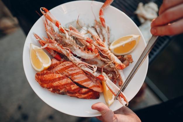 Approvvigionamento all'aperto dei frutti di mare arrostiti sul piatto