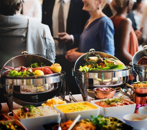 Approvvigionamento del buffet dell'alimento che pranza concetto di condivisione di partito di cibo
