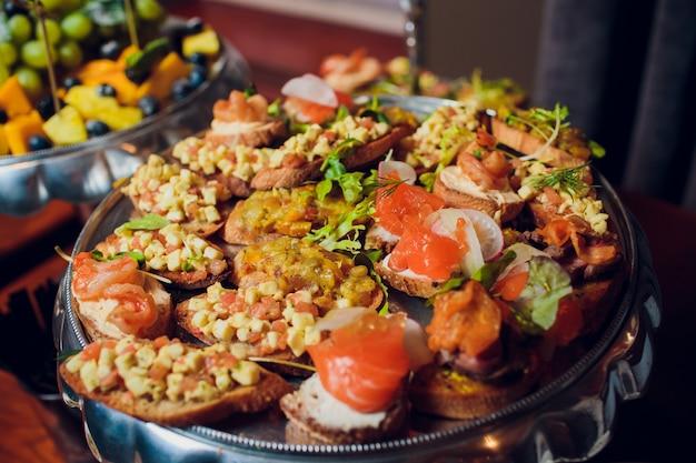 Approvvigionamento del buffet dell'alimento che pranza mangiando partito che divide concetto