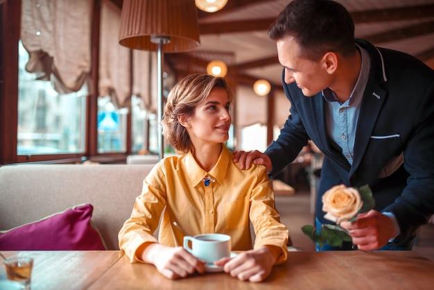 Appuntamento romantico delle coppie di amore nel ristorante