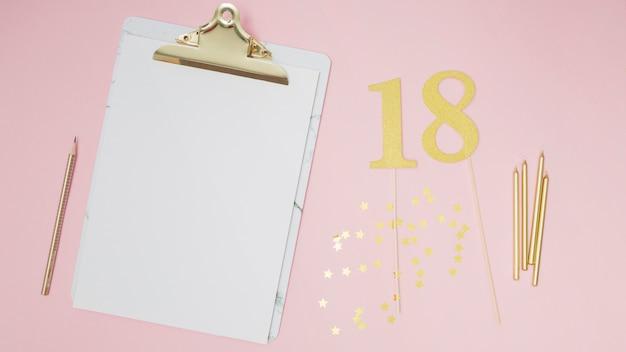 Appunti bianchi per gli ospiti di compleanno mock-up