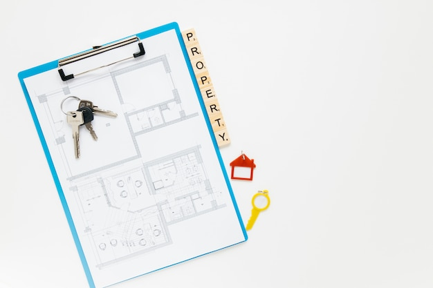 Appunti blueprint; chiave di casa e blocco di proprietà con sfondo bianco copyspace