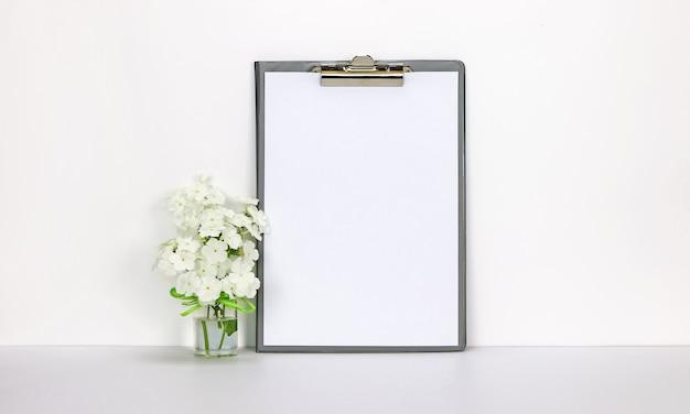 Appunti con fiori bianchi