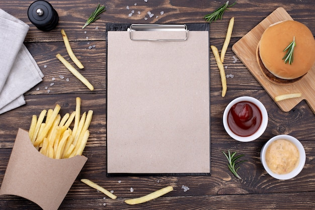 Appunti con hamburger e patatine fritte