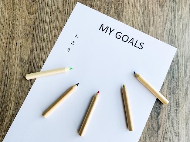 Appunti con i miei obiettivi sulla scrivania in legno.