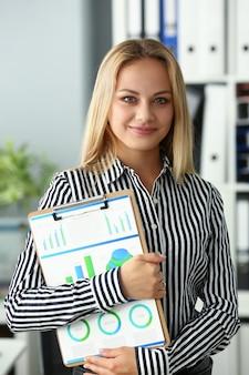 Appunti della stretta della donna di affari con il diagramma di affari