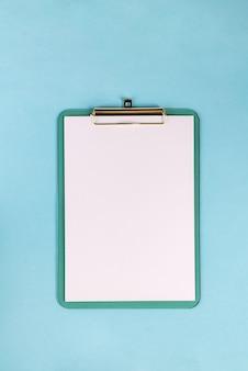 Appunti di carta vuota di area di lavoro con copia spazio