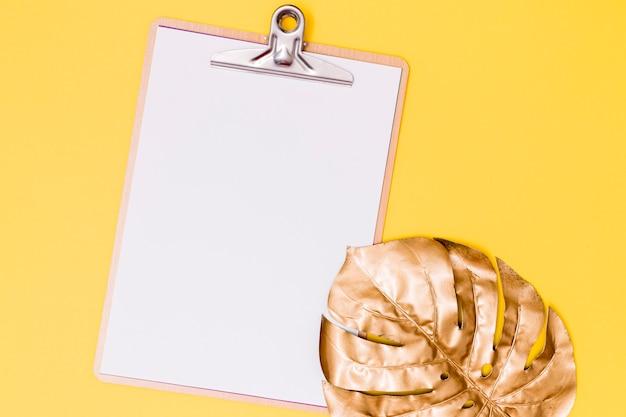 Appunti di primo piano con foglia di palma essiccata