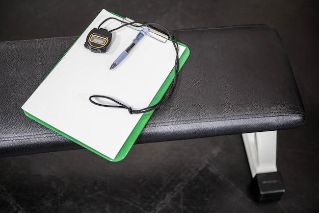 Appunti e cronometro su una panchina in palestra