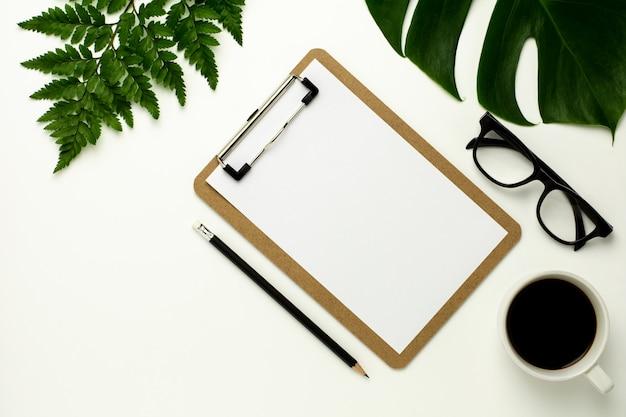 Appunti e white paper su sfondo scrivania bianca. design piatto.
