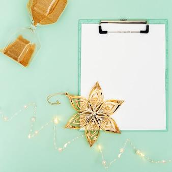 Appunti, ghirlanda leggera, clessidra e decorazione floreale