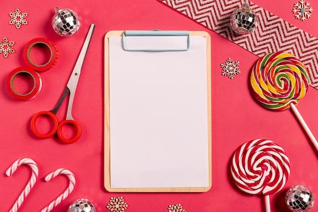Appunti in bianco con bastoncini di zucchero