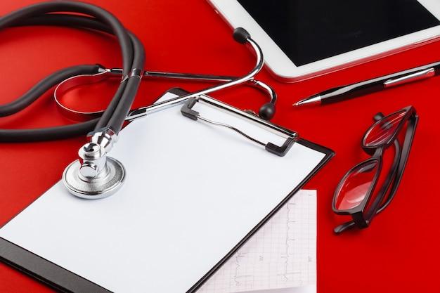 Appunti in bianco con stetoscopio moderno
