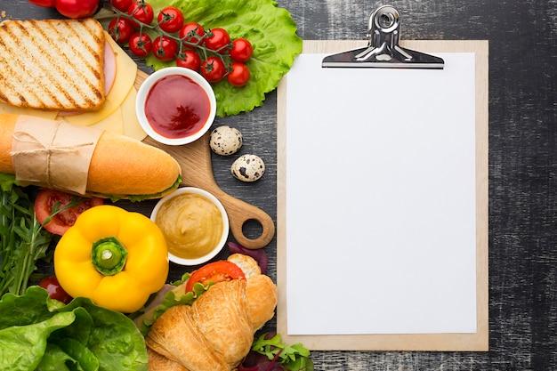 Appunti in bianco e ingredienti