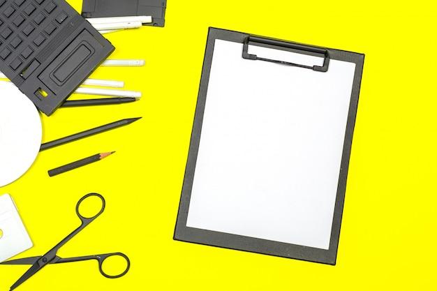 Appunti in bianco mock up su sfondo di colore