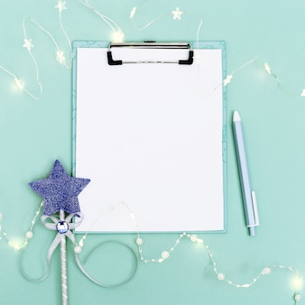 Appunti, luci, penna, ghirlanda luminosa e bacchetta magica