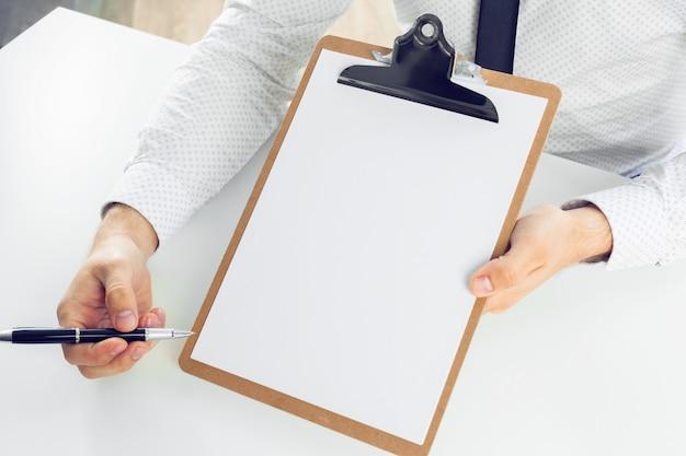 Appunti su un tavolo bianco