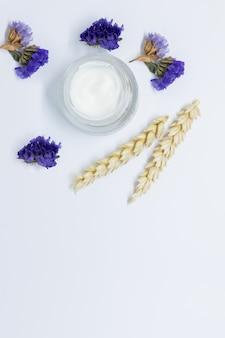 Apra il barattolo crema con la vista superiore delle spighette del grano. maschera nutriente con componenti di estratto di avena naturale. cosmetici, vasetto con crema quotidiana al grano. cura della pelle professionale, cosmetici biologici