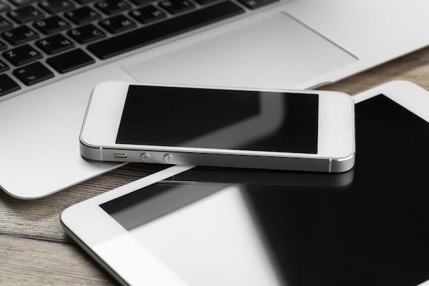 Apra il computer portatile con alto vicino digitale dello smartphone e della compressa