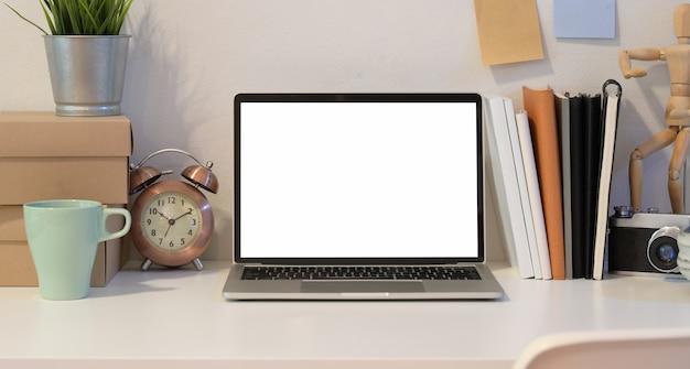 Apra il computer portatile nel posto di lavoro creativo del fotografo